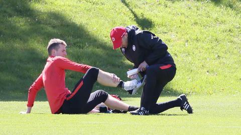 Lukas Hradecky wird nach seinem Ausrutscher im Training am Knöchel behandelt.