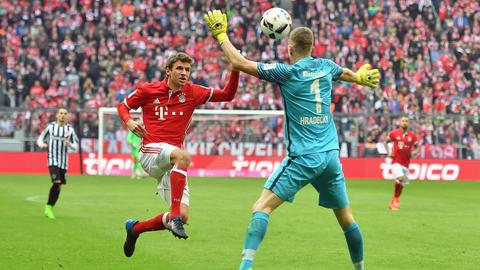 Eintracht-Keeper Hradecky gegen Thomas Müller