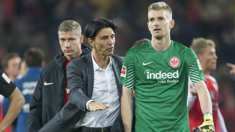 Bruno Hübner spricht mit Lukas Hradecky