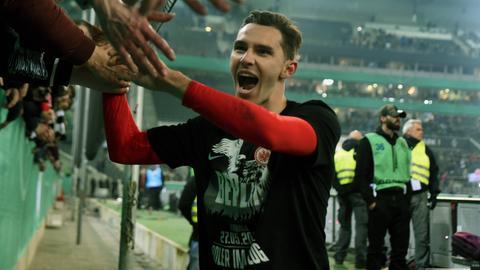 Hrgota lässt sich von den Fans feiern.