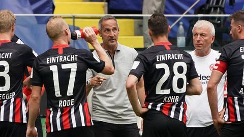 Trainer Adi Hütter im Kreise seiner Spieler von Eintracht Frankfurt