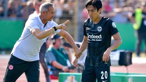 Trainer Adi Hütter und Makoto Hasebe