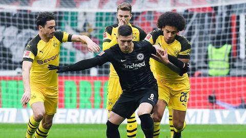 Luka Jovic gegen drei Dortmunder am Ball