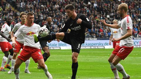 Jovic versucht, den Ball gegen mehrere Leipziger zu behaupten.