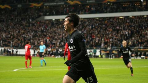 Daichi Kamada bejubelt das 1:0 gegen Salzburg.