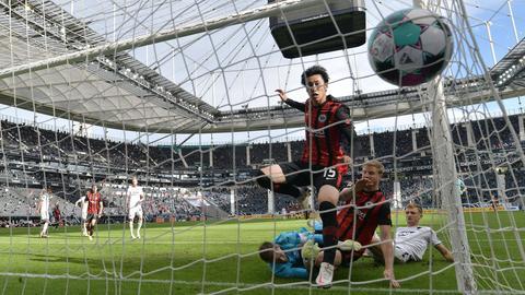Kamada erzielt ein Tor.