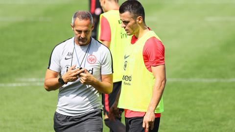 Eintracht-Trainer Adi Hütter und Neuzugang Filip Kostic