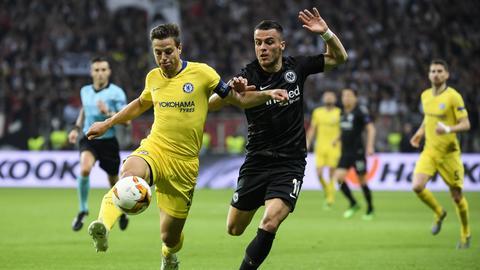 Kostic im Zweikampf mit einem Spieler von Chelsea