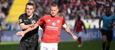 Filip Kostic im Duell mit Daniel Brosinski