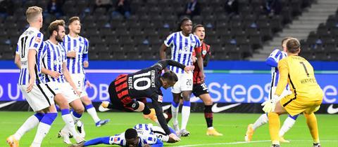Kostic verletzt sich während des Spiels in Berlin.