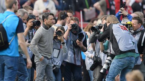 Niko Kovac umzingelt von Fotografen