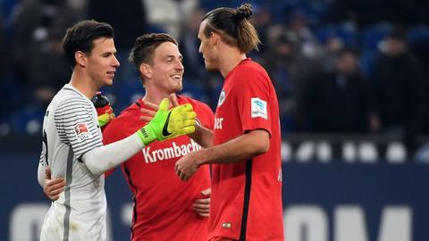 Lindner, Oczipka und Meier klatschen sich ab.