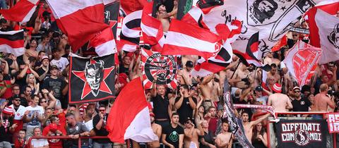 Fans von Standard Lüttich schwenken Fahnen