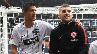 Medojevic legt seinen Arm um Rebic