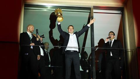 Meier auf dem Hotelbalkon mit Pokal