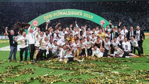 Die Eintracht posiert für das berühmte Siegerfoto.