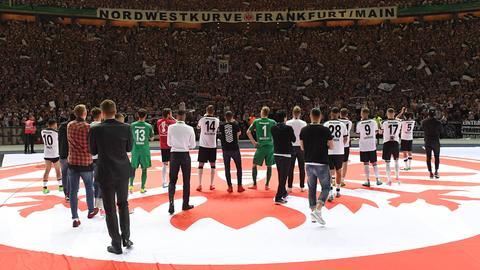 Die SGE lässt sich nach dem Pokalfinale 2017 von ihren Fans feiern.