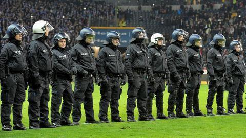 Polizisten beim Spiel Eintracht gegen Darmstadt