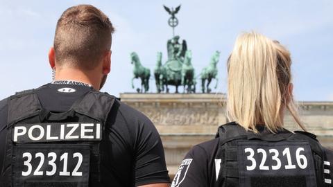 Zwei Polizeisten vor dem Brandenburger Tor