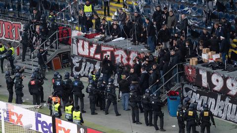 Polizisten vor dem Fanblock der Eintracht