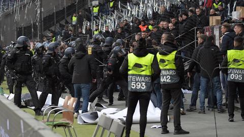 Polizisten vor dem Frankfurter Fanblock