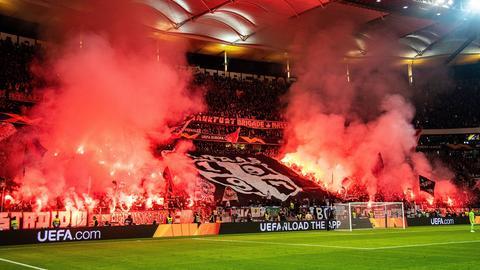 Pyrotechnik im Eintracht-Block