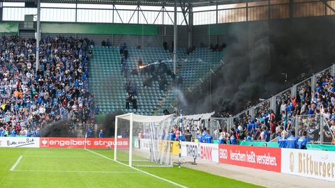 Leuchtrakete wird aus Eintracht-Block in Richtung Magdeburger Fans geschossen