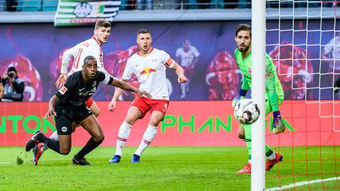 Gelson Fernandes guckt den Ball am Tor vorbei