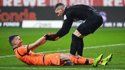 Rebic hilft Hradecky auf die Beine.
