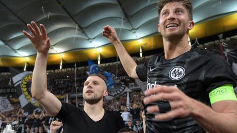 Ante Rebic und David Abraham feiern mit den Fans
