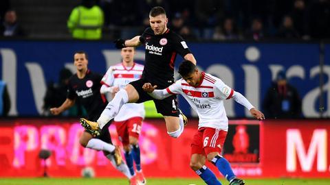 Eintracht-Stürmer Ante Rebic im Duell mit Douglas Santos