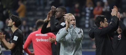 Rode und andere Eintracht-Spieler applaudieren.