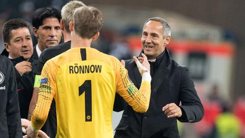 Aid Hütter klatscht mit Frederik Rönnow ab
