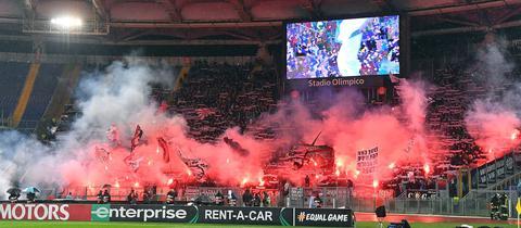 Eintracht-Fans in Rom zünden Pyrotechnik