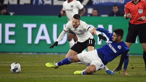 Mijat Gacinovic im Zweikampf mit Schalkes Ozan Kabak