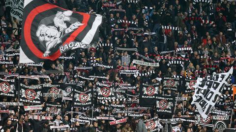 In der Eintracht-Fankurve werden Anti-DFB-Plakate hochgehalten.
