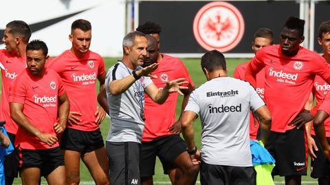Hütter hält im Training eine Ansprache.