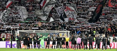 Die Eintracht-Profis bedanken sich bei ihren Fans,