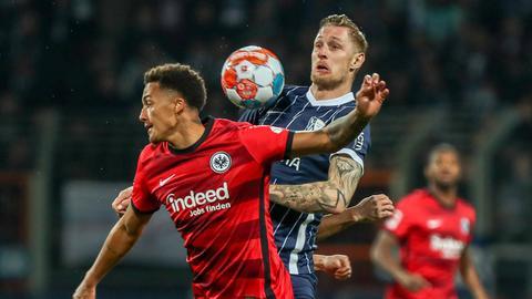 Ein Zweikampf aus dem Spiel der Eintracht in Bochum.