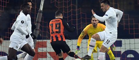 N'Dicka und Kostic versuchen, einen Donezk-Spieler zu stoppen.