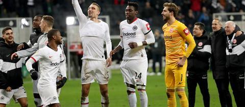 Die Eintracht-Spieler jubeln nach dem Sieg gegen Bremen.