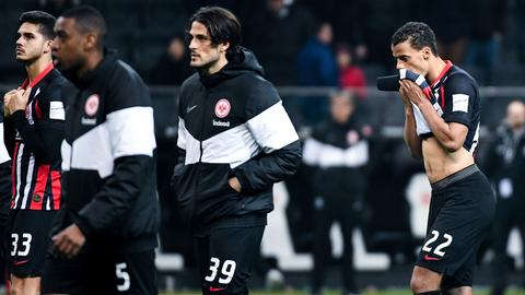 Die Eintracht-Spieler schauen nach dem Köln-Spiel traurig drein.