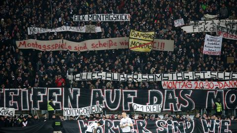 Bildergalerie Protest Gegen Montagsspiel Große Plakate Und Großes