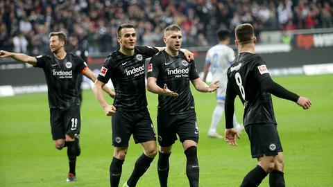 Die Eintracht-Spieler jubeln beim Hinspiel gegen Schalke