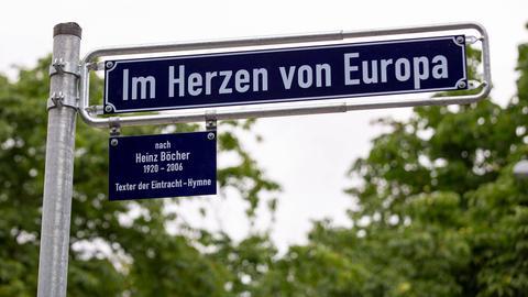"""Das neue Straßenschild """"Im Herzen von Europa"""""""