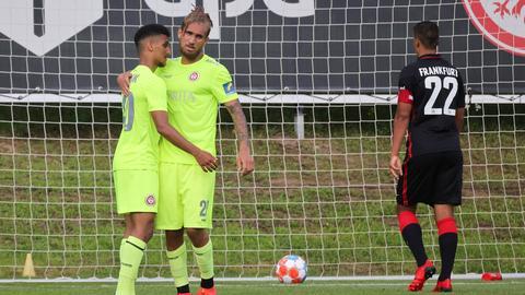 Zwei SVWW-Profis jubeln, Timothy Chandler holt den Ball aus dem Eintracht-Tor