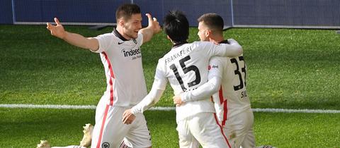 Die Eintracht-Spieler bejubeln das 2:1 in Dortmund