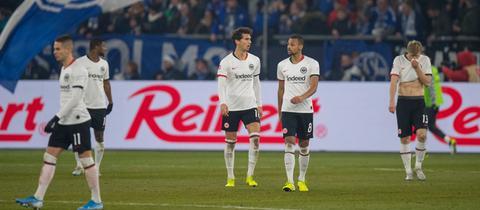 Die Eintracht-Spieler sind im Schalke-Stadion geknickt.