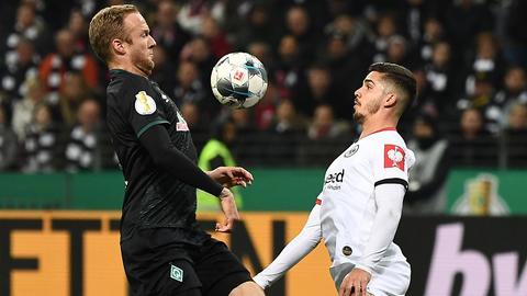 Eintracht-Stürmer Andre Silva im Zweikampf mit einem Bremer.
