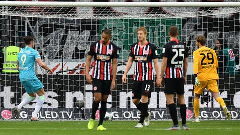Wolfsburg jubelt nach dem 1:0, die Eintracht-Spieler sind geknickt.